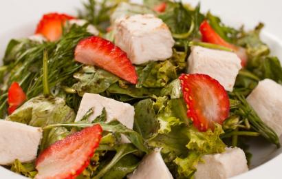 Салат з курячим філе і руколою
