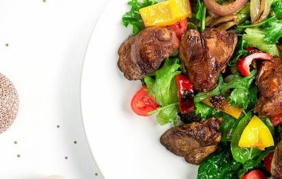 Теплий салат з печінкою і печеними овочами